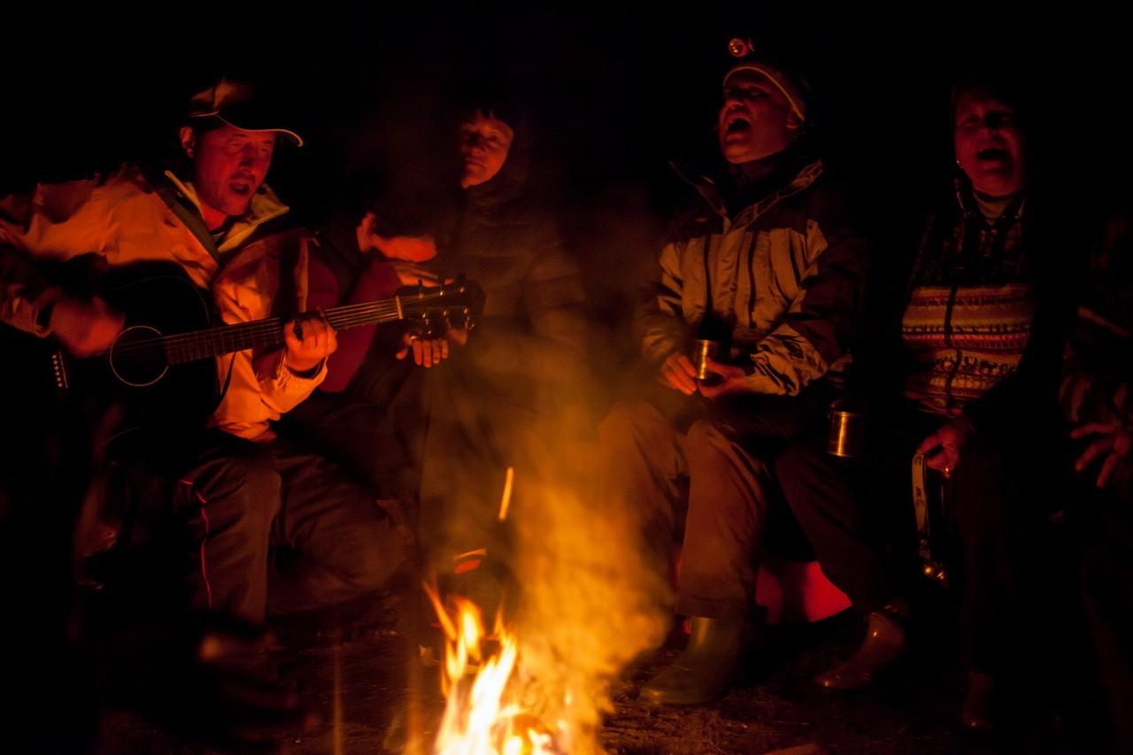 Походные песни под гитару у вечернего костра.
