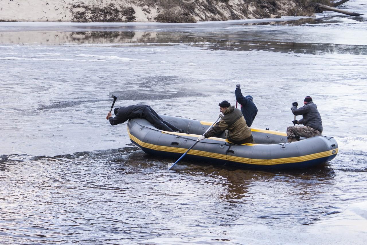 Рубим лед на реке